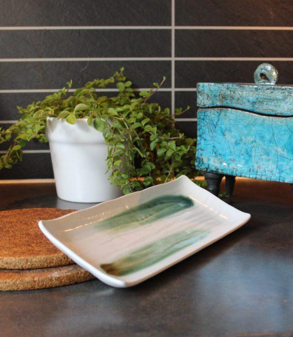Sushifat med gröna penseldrag