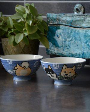 Blå risskål med motiv av hundrasen Shiba